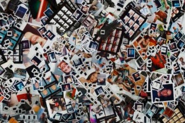 Muchisimas fotos esparcidas por el suelo