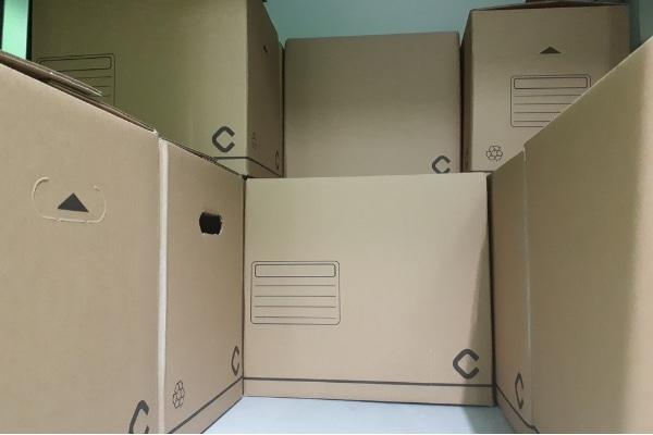 Cajas colocadas dentro de una taquilla