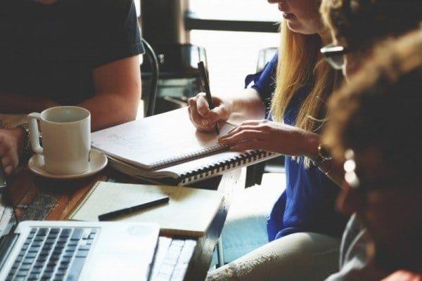 Estudiantes en una cafetería reunidos