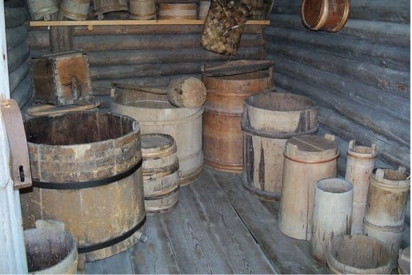 Barriles y cubos de madera almacenados en un trastero