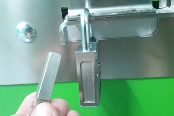 Candado Magnetico en la cerradura de un trastero
