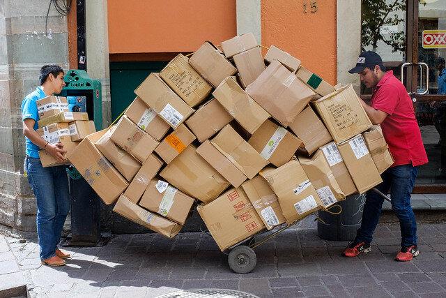 Mucha cajas en una carretilla