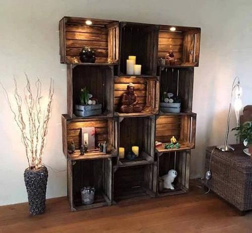 Estanteria hecha con cajas de fruta de madera