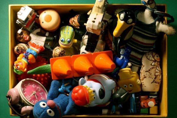 Juguetes guardados en una caja