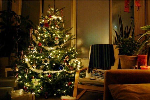 Arbol de Navidad junto a sillón