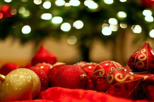 Bolas de Navidad desenfocadas