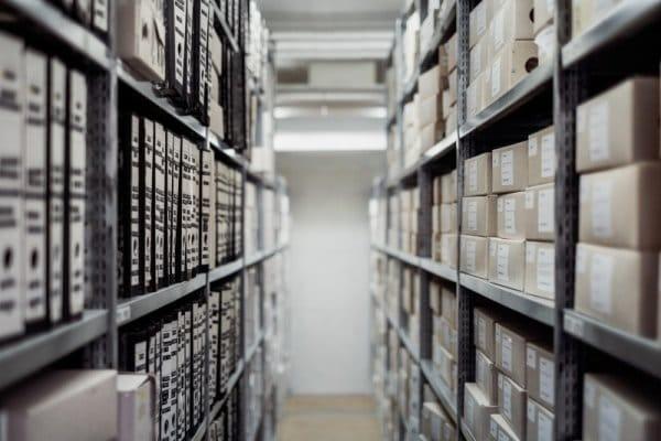 Estanteria ordenada con archivos